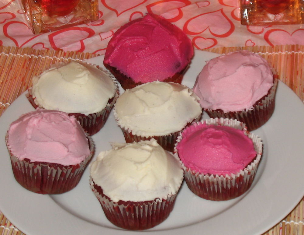 Red velvet cupcakes with vanilla buttercream frosting (1/6)