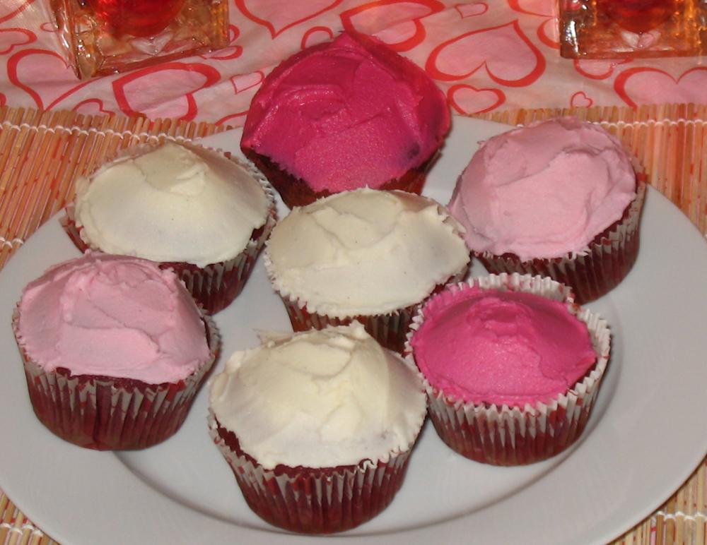 Red velvet cupcakes with vanilla buttercream frosting (1/6)